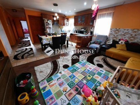 Eladó Lakás, Bács-Kiskun megye, Kiskunfélegyháza - Belvárosi újszerű állapotú 130 m2-es tégla lakás nappali + 3 szobával