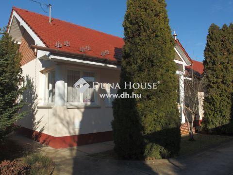 Eladó Ház, Bács-Kiskun megye, Kiskunfélegyháza - Téglaépítésű családi ház a városközpontban dupla garázzsal
